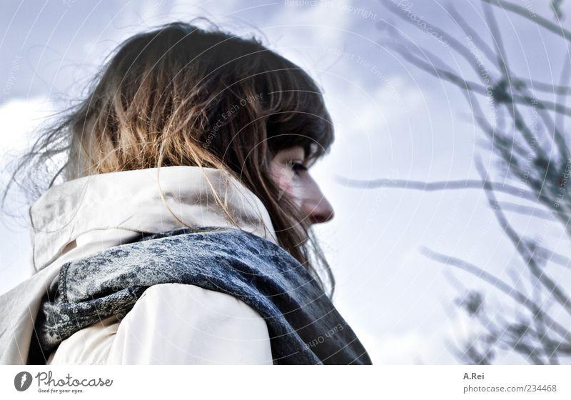 Erste Frühlingstage Mensch Natur Jugendliche Erwachsene feminin frei 18-30 Jahre Junge Frau Spaziergang brünett langhaarig Zweige u. Äste Wolkenhimmel