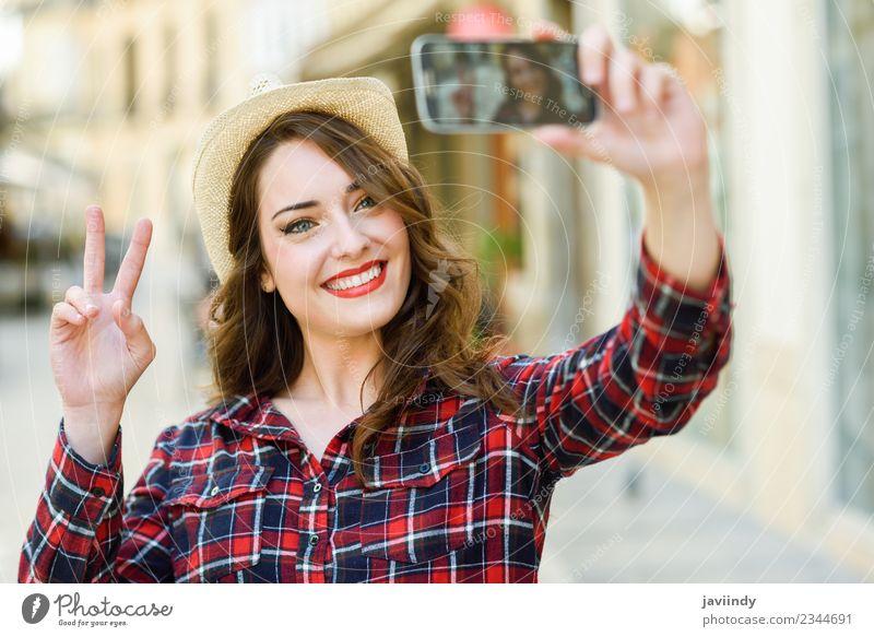Junge Frau Selfie auf der Straße mit einem Smartphone Stil Freude Glück schön Haare & Frisuren Gesicht Ferien & Urlaub & Reisen Telefon PDA Fotokamera Mensch