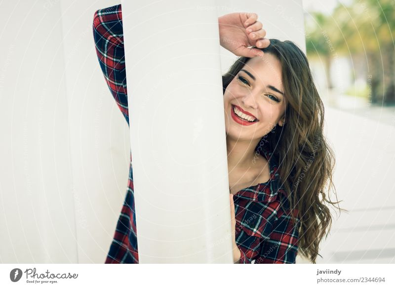 Junges Mädchen mit schönen blauen Augen, die auf der Straße lachen. Stil Glück Sommer Mensch feminin Junge Frau Jugendliche Erwachsene 1 18-30 Jahre Mode Hemd