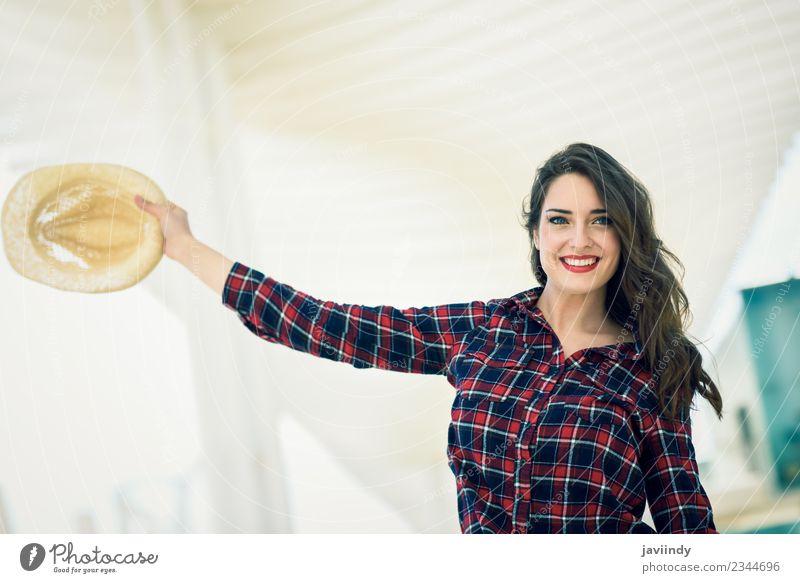 Mädchen lächelt im urbanen Hintergrund. Stil Glück schön Sommer Mensch feminin Junge Frau Jugendliche Erwachsene 1 18-30 Jahre Mode Hemd Hut Lächeln weiß