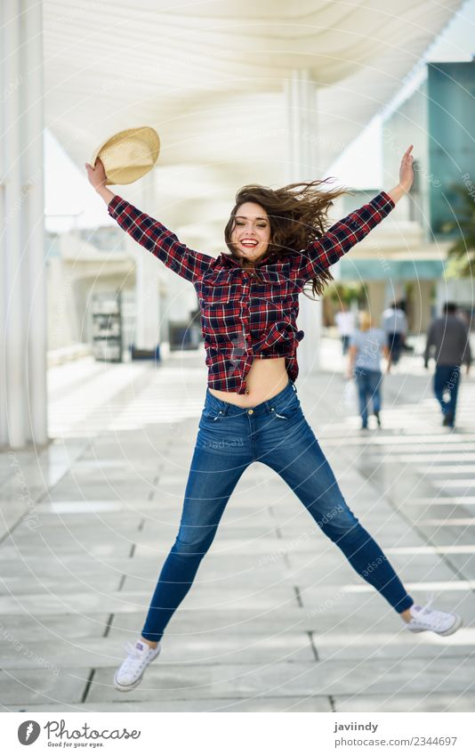 Mädchen springt in den urbanen Hintergrund. Stil Glück schön Sommer Mensch Junge Frau Jugendliche Erwachsene 1 18-30 Jahre Mode Hemd Hut Lächeln springen weiß