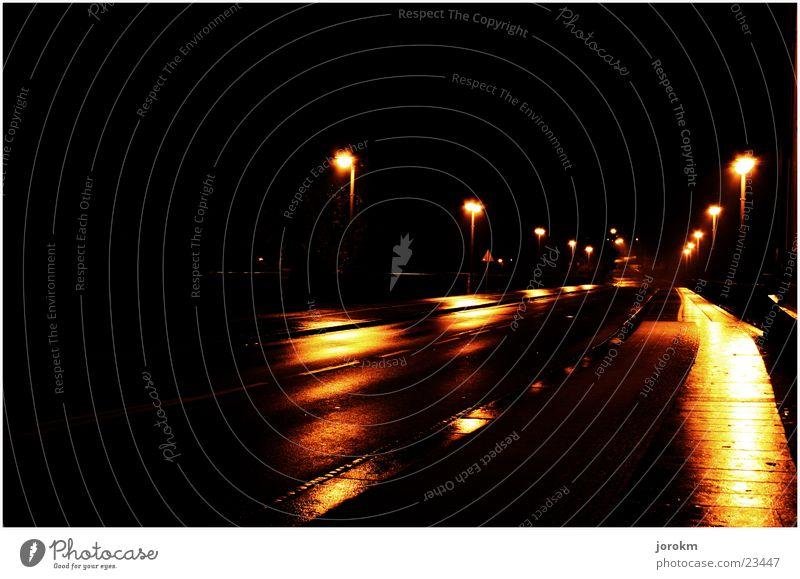 Wege in der Dunkelheit Straße dunkel Regen nass Verkehr gruselig feucht Lichtschein Nieselregen
