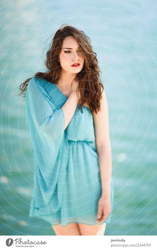 Schöne junge Frau in blauem Kleid am Strand. Lifestyle elegant Stil Glück schön Haare & Frisuren Ferien & Urlaub & Reisen Sommer Sonne Meer Mensch feminin