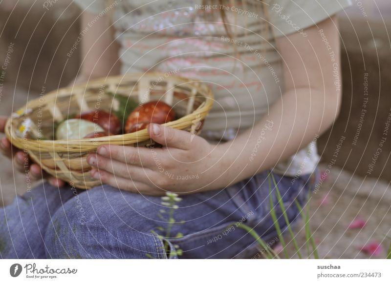 noch'n osterei? Mensch Kind Hand Mädchen Frühling Beine Kindheit Arme sitzen Haut T-Shirt Jeanshose stoppen Ostern festhalten Brust