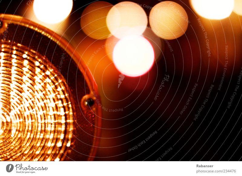 DangeR Warnung authentisch gelb rot schwarz Licht Lampe Baustelle Unschärfe Detailaufnahme rund leuchten Farbfoto Außenaufnahme Menschenleer Nacht Schatten