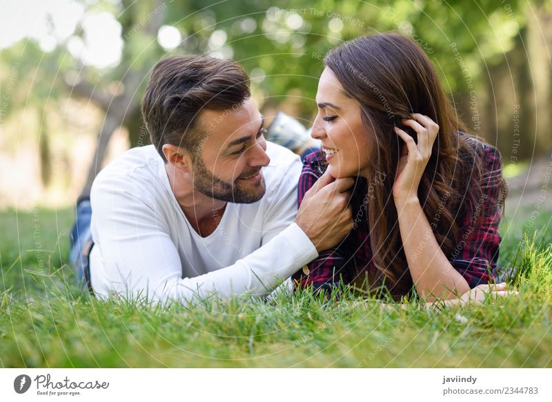 Schönes junges Paar, das auf Gras in einem Stadtpark liegt. Lifestyle Freude schön Sommer Mensch Junge Frau Jugendliche Junger Mann Erwachsene 2 18-30 Jahre