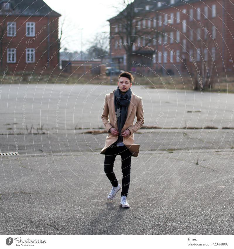 Sergej maskulin Mann Erwachsene 1 Mensch Haus Platz Mantel Turnschuh brünett kurzhaarig beobachten gehen Blick trendy sportlich Zufriedenheit selbstbewußt