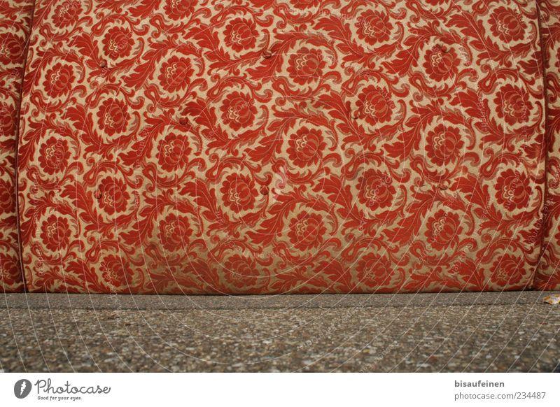 Blumenwiese Design alt retro rot Sofa Stoff Stoffmuster Stoffblüten Asphalt Sperrmüll entsorgt außergewöhnlich rotbraun liegen Schlafmatratze Muster
