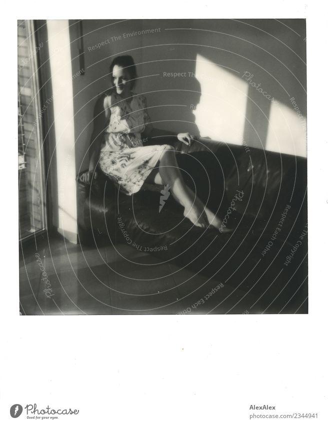 nachmittag elegant schön Leben Zufriedenheit Sofa Junge Frau Jugendliche Körper Beine 18-30 Jahre Erwachsene Schönes Wetter Balkonfenster Kleid Barfuß