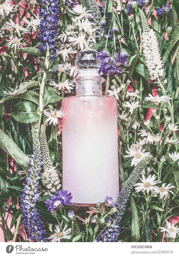 Naturkosmetik. Rosa Kosmetik Flasche auf Blumen und Pflanzen kaufen Stil Design schön Parfum Gesundheit Wellness Spa Sommer rosa Farbfoto Studioaufnahme