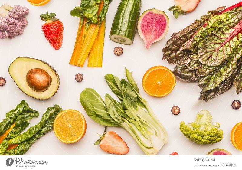 Obst- und Gemüse auf weißem Hintergrund Lebensmittel Salat Salatbeilage Frucht Apfel Orange Ernährung Bioprodukte Vegetarische Ernährung Diät Stil Design