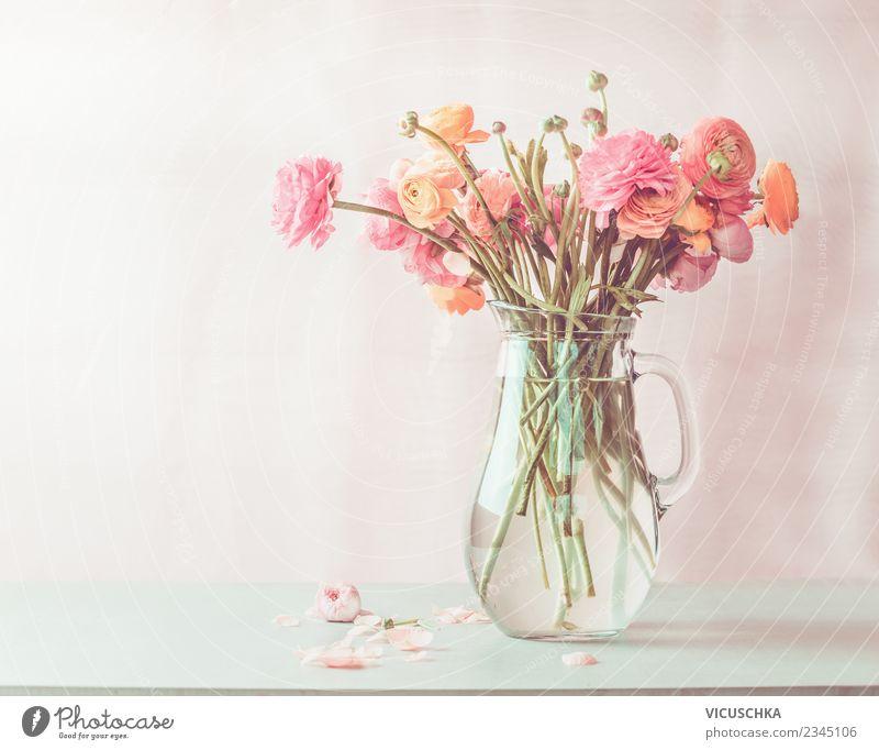 Pastellrosa Ranunculus Blumenstrauß im Glaskrug auf dem Tisch Lifestyle Stil Design Sommer Häusliches Leben Innenarchitektur Dekoration & Verzierung Muttertag