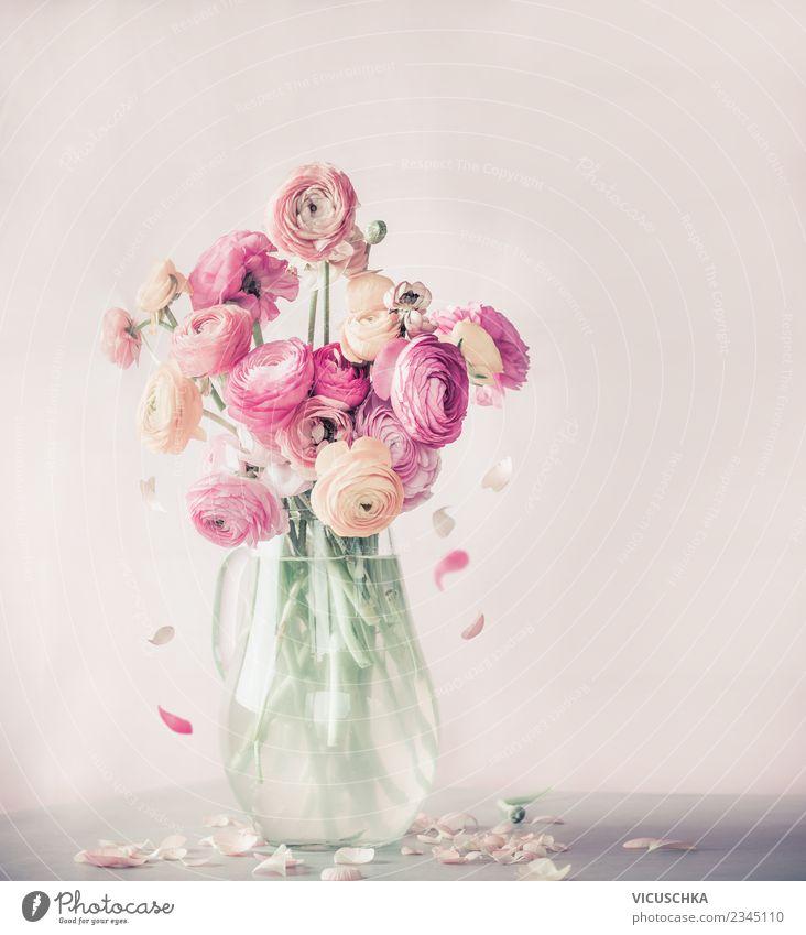 Blumen mit fallende Blütenblatter, Stillleben Lifestyle elegant Design Leben Sommer Häusliches Leben Innenarchitektur Dekoration & Verzierung Tisch Rose Blatt