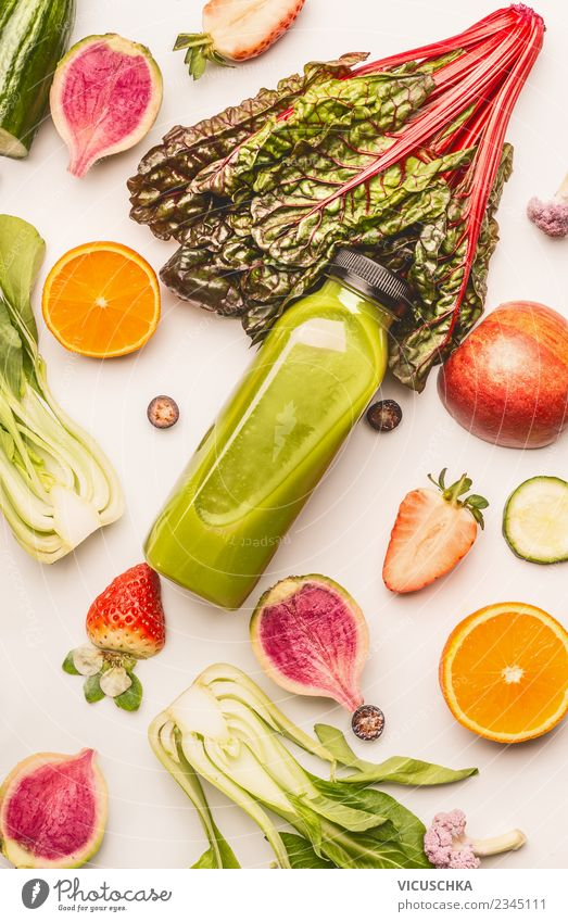 Flasche mit grünem Smoothie und Zutaten Lebensmittel Gemüse Frucht Ernährung Bioprodukte Vegetarische Ernährung Diät Getränk Erfrischungsgetränk Saft Stil