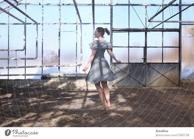 Portrait einer jungen Frau, die barfuß in einem Glas- Gewächshaus tanzt elegant Freude schön Leben Fenster Tor Junge Frau Jugendliche Beine 18-30 Jahre