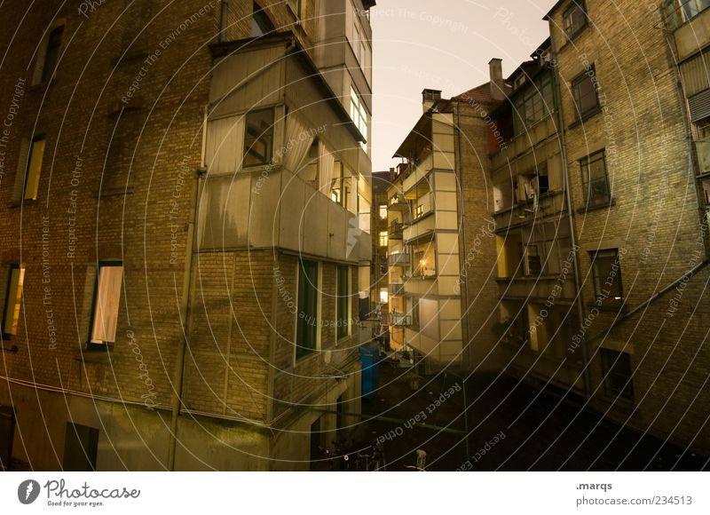 Stuttgarter Hinterhöfe Haus Mauer Wand Fassade Balkon Fenster Hinterhof dunkel eckig Stadt Farbfoto Außenaufnahme Menschenleer Nacht Langzeitbelichtung