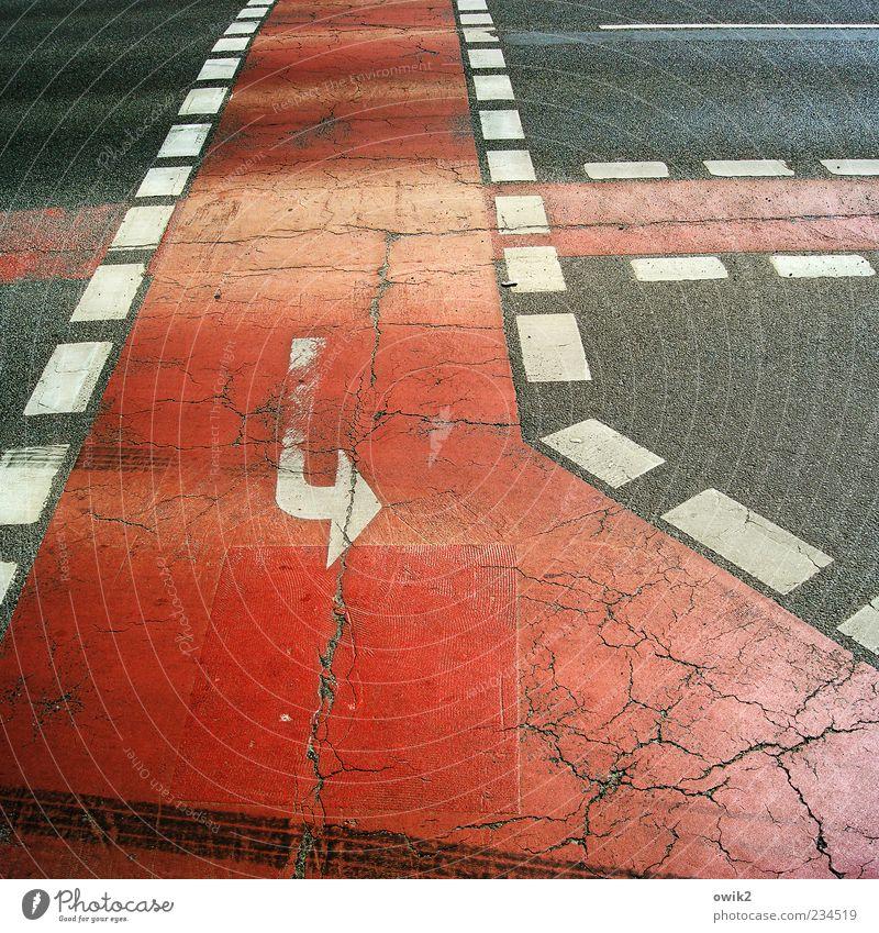 Schnittmusterbogen weiß rot schwarz Straße grau Farbstoff Streifen Asphalt einfach trocken Pfeil Verkehrswege Wachsamkeit Riss Wandel & Veränderung Wege & Pfade