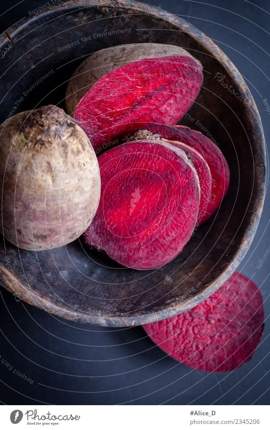 Frische Rote Bete Rüben in Scheiben Rustikal Stilleben Lebensmittel Gemüse Rote Beete Schalen & Schüsseln Gesunde Ernährung Nutzpflanze Holz dunkel frisch