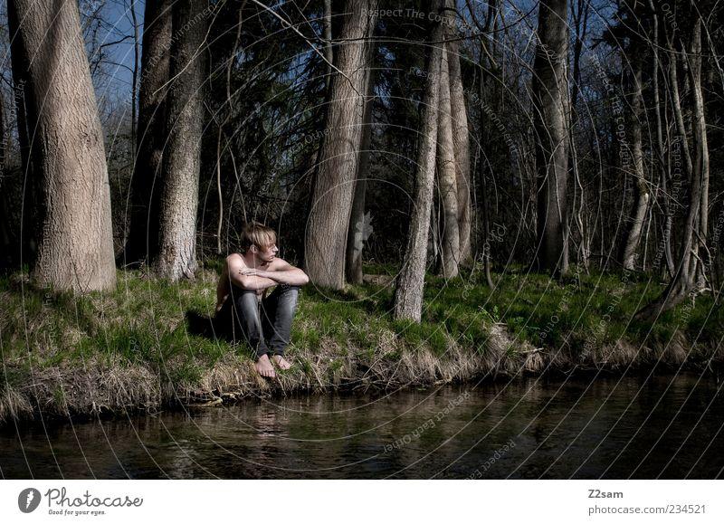 in gedanken maskulin Junger Mann Jugendliche 1 Mensch 18-30 Jahre Erwachsene Umwelt Natur Wasser Baum Gras Wald Flussufer Jeanshose blond Denken sitzen träumen