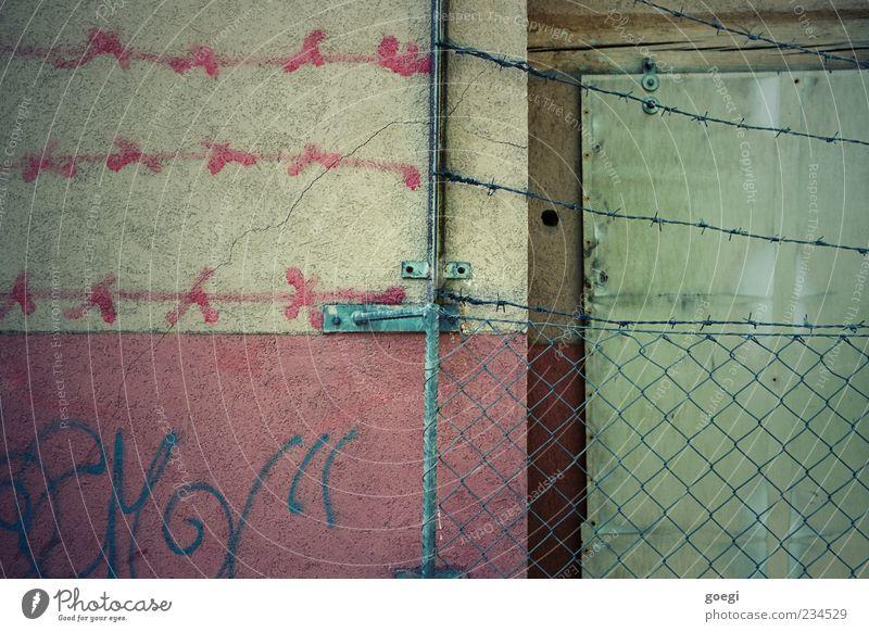 weiterführende Maßnahmen Mauer Wand Zaun Maschendrahtzaun Stacheldrahtzaun Zaunpfahl Zeichen Schriftzeichen Graffiti bedrohlich stachelig gelb grün rot Hemmung