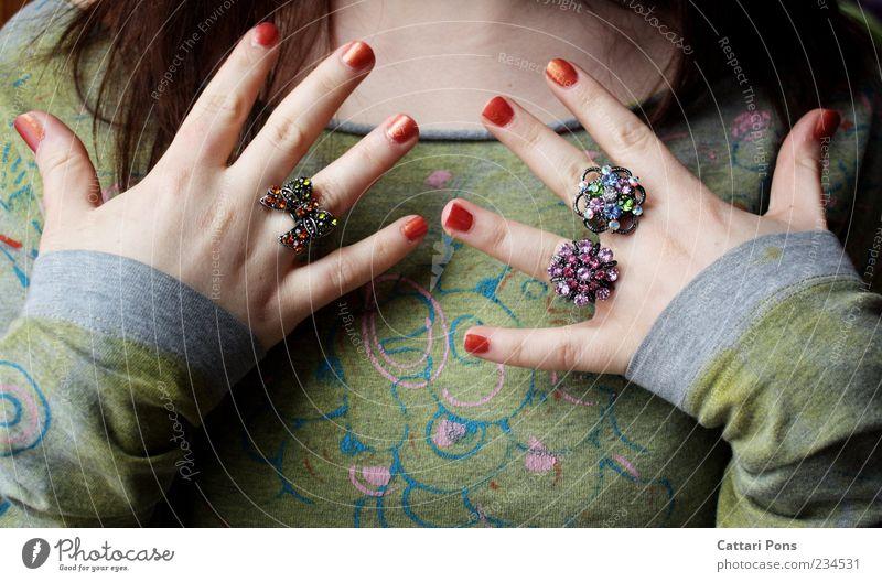 Ihr Schatz Jugendliche Hand schön Blume Freude feminin Glück hell glänzend Junge Frau Stoff Kunststoff dünn nah Kosmetik Ring
