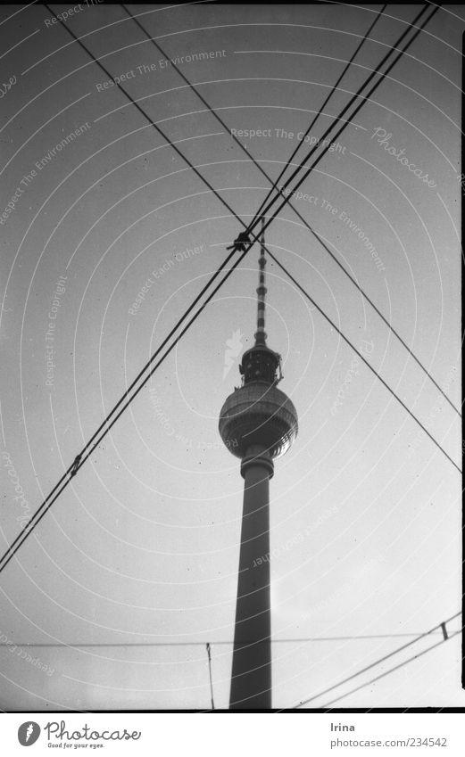 Vredebox | Simply Berlin Berlin Architektur ästhetisch Wahrzeichen analog Stadtzentrum Sehenswürdigkeit Hauptstadt Symmetrie Berliner Fernsehturm Fernsehturm kreuzen Oberleitung