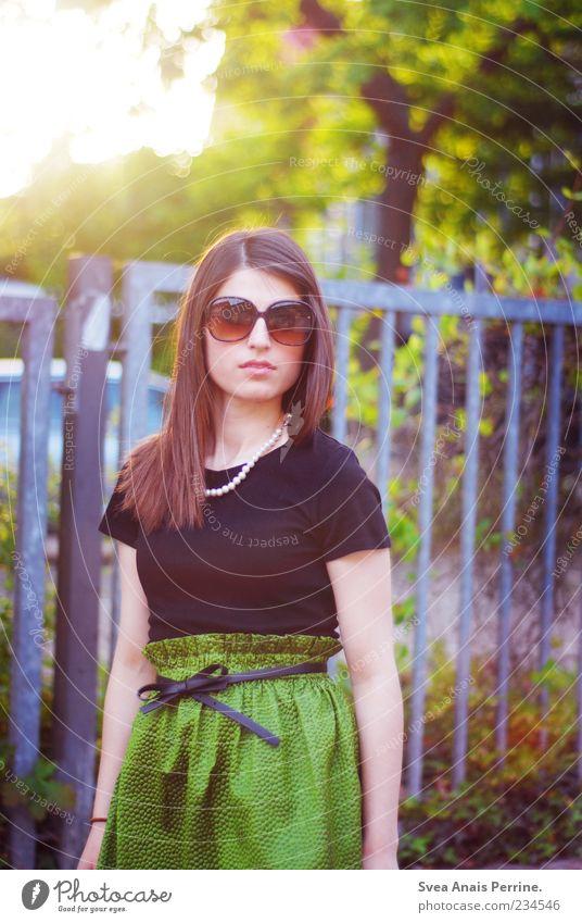 . Lifestyle elegant Stil feminin Junge Frau Jugendliche 1 Mensch 18-30 Jahre Erwachsene Schönes Wetter Mode Accessoire Schmuck Haare & Frisuren brünett stehen