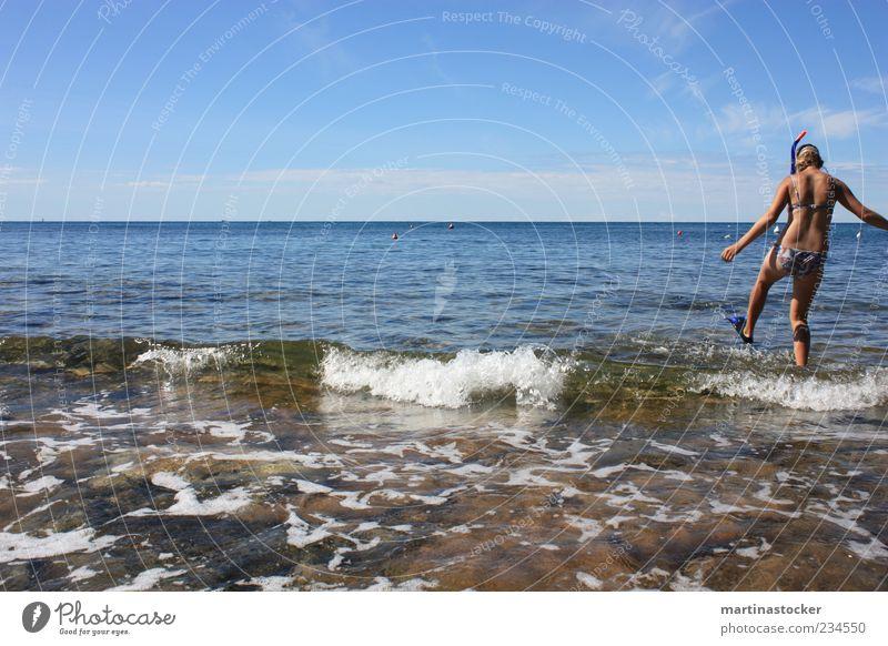 Erforschung des nassen Elementes Mensch Himmel Jugendliche blau Wasser Ferien & Urlaub & Reisen Sommer Meer Strand Ferne Stein Horizont Wellen blond