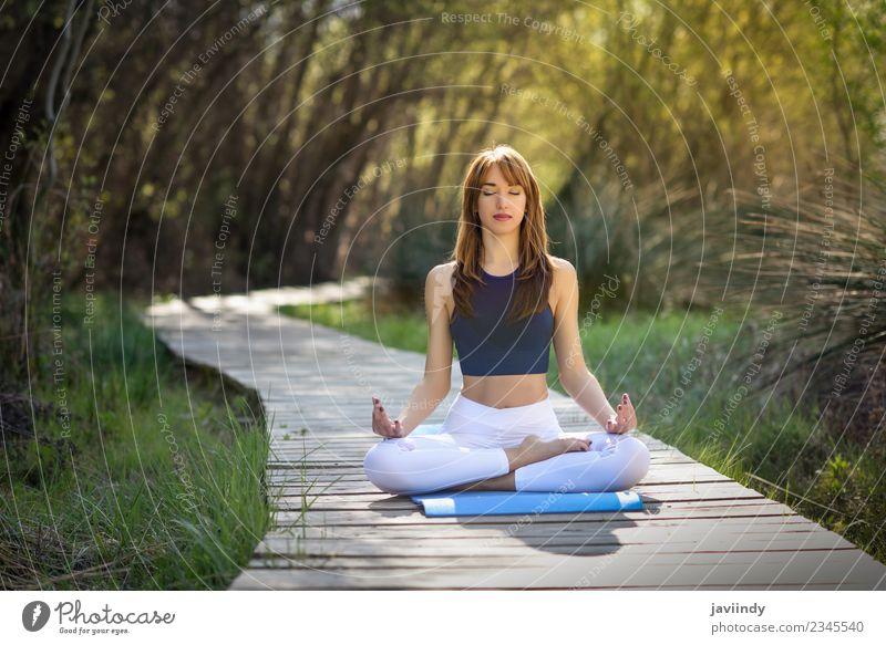 Junge Frau, die Yoga in der Natur macht. Lifestyle Erholung Meditation Sommer Sport Mensch feminin Jugendliche Erwachsene 1 18-30 Jahre 30-45 Jahre Gras Fitness