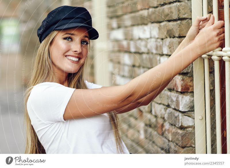 Mädchen mit blauen Augen trägt eine Mütze. Lifestyle Stil Glück schön Haare & Frisuren Sommer Mensch feminin Junge Frau Jugendliche Erwachsene 1 18-30 Jahre