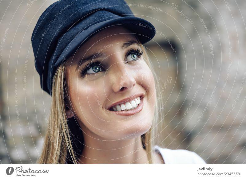Mädchen mit blauen Augen trägt eine Mütze. Lifestyle Stil schön Haare & Frisuren Sommer Mensch feminin Junge Frau Jugendliche Erwachsene 1 18-30 Jahre Straße