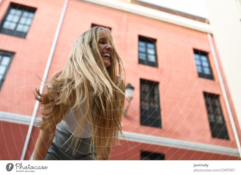 Glückliche junge Frau mit beweglichen Haaren im urbanen Hintergrund schön Haare & Frisuren Sommer Mensch feminin Junge Frau Jugendliche Erwachsene 1 18-30 Jahre