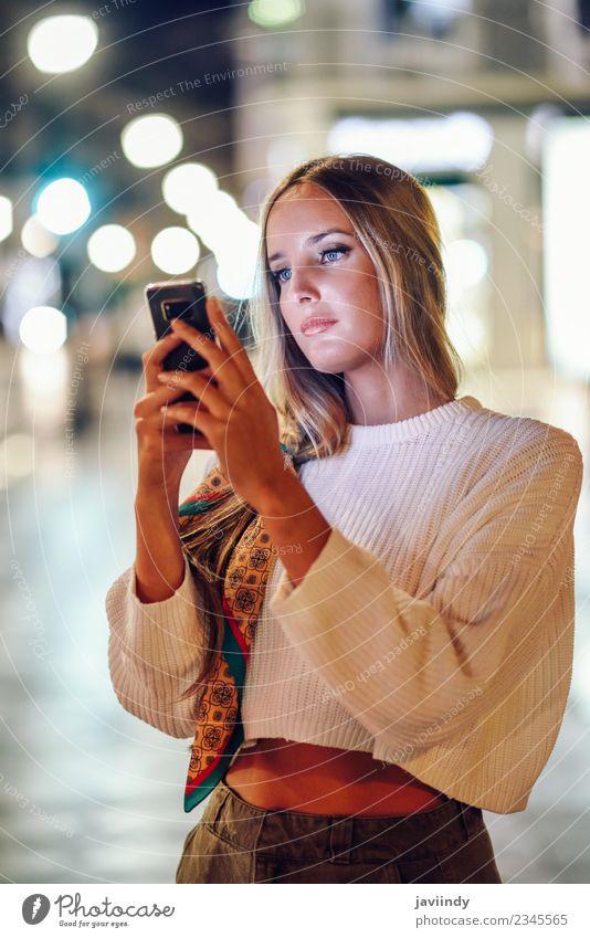 Blonde Frau fotografiert nachts mit dem Smartphone. Lifestyle Stil schön Haare & Frisuren Telefon PDA Fotokamera Mensch Junge Frau Jugendliche Erwachsene 1