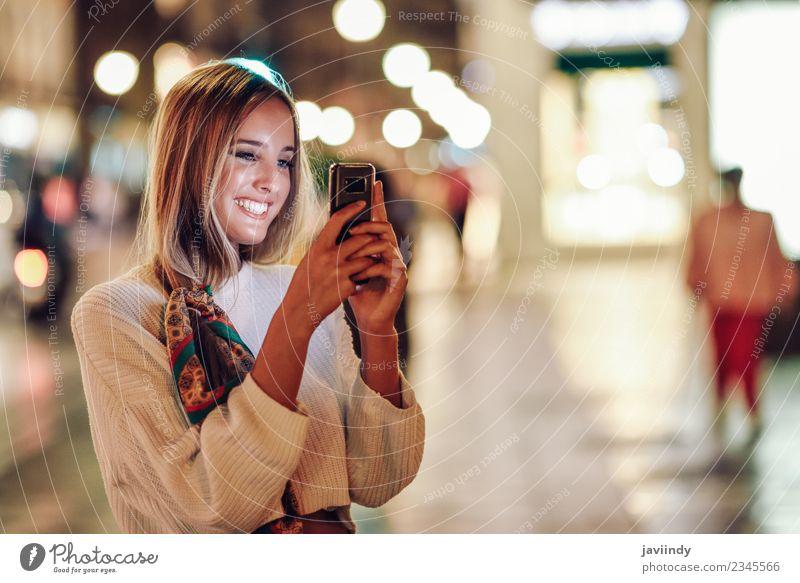 Frau Mensch Jugendliche Junge Frau schön weiß Freude 18-30 Jahre Straße Erwachsene Lifestyle feminin blond Lächeln Fröhlichkeit Bekleidung