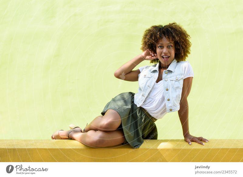 Junge schwarze Frau, Afro-Frisur, draußen sitzend Lifestyle Stil Glück schön Haare & Frisuren Gesicht Mensch feminin Junge Frau Jugendliche Erwachsene 1