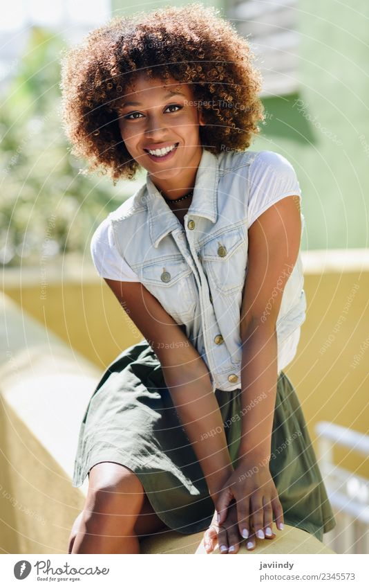 Junge schwarze Frau, Afro-Frisur, lächelnd. Lifestyle Stil Glück schön Haare & Frisuren Gesicht Mensch feminin Junge Frau Jugendliche Erwachsene 1 18-30 Jahre