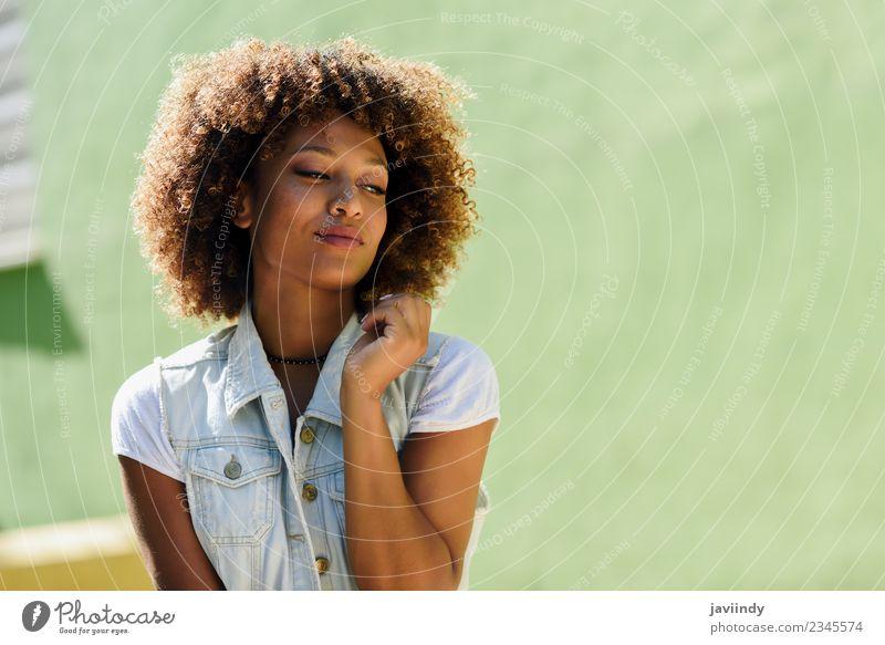 Junge schwarze Frau, Afro-Frisur, lächelnd im Freien. Lifestyle Stil schön Haare & Frisuren Gesicht Mensch feminin Junge Frau Jugendliche Erwachsene 1