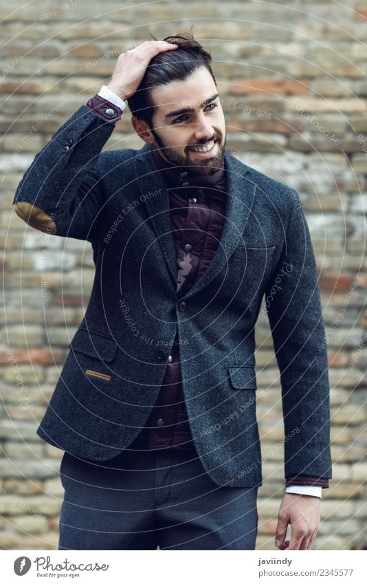 Junger Mann lächelt im urbanen Hintergrund und trägt einen eleganten Anzug. Lifestyle Stil Glück schön Haare & Frisuren Mensch maskulin Jugendliche Erwachsene 1