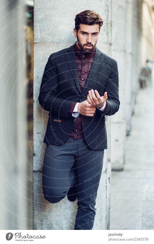 Jung im urbanen Hintergrund, in einem eleganten britischen Anzug. Lifestyle Stil schön Haare & Frisuren Mensch feminin Junger Mann Jugendliche Erwachsene 1