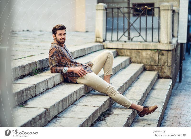 Junger lächelnder Mann sitzt auf einer städtischen Treppe. Lifestyle Stil schön Haare & Frisuren Mensch maskulin Junger Mann Jugendliche Erwachsene 1