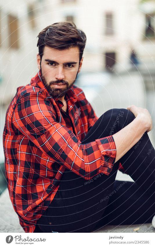 Mann mit kariertem Hemd im Freien sitzend Lifestyle Stil schön Haare & Frisuren Mensch maskulin Junger Mann Jugendliche Erwachsene 1 18-30 Jahre Herbst Straße
