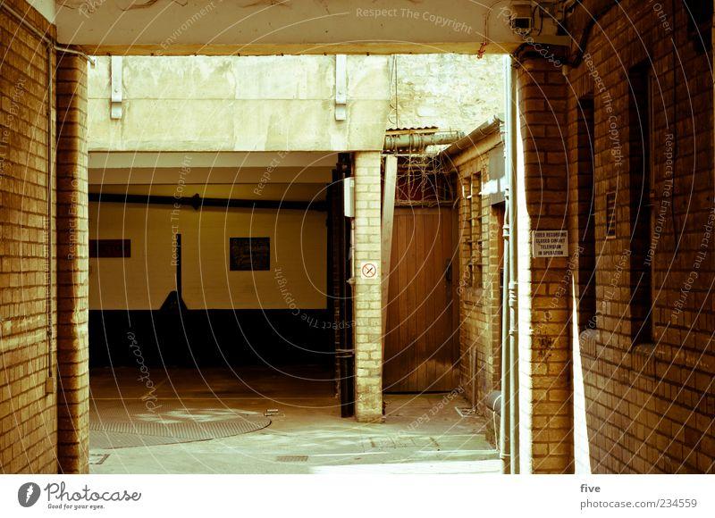 oxford touristic area Haus Mauer Wand Fenster Tür dunkel kalt England Parkplatz Backstein Farbfoto Außenaufnahme Menschenleer Tag Licht Schatten Kontrast