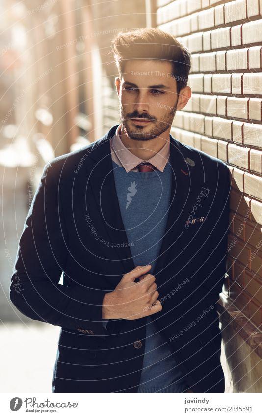 Attraktiver Mann auf der Straße im eleganten britischen Anzug. Lifestyle Stil schön Haare & Frisuren Business Mensch maskulin Junger Mann Jugendliche Erwachsene