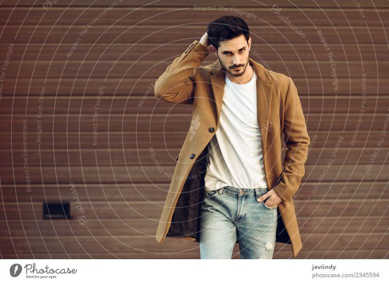 Junger Mann in Winterkleidung auf der Straße Lifestyle elegant Stil schön Haare & Frisuren Mensch maskulin Jugendliche Erwachsene 1 18-30 Jahre Herbst Mode
