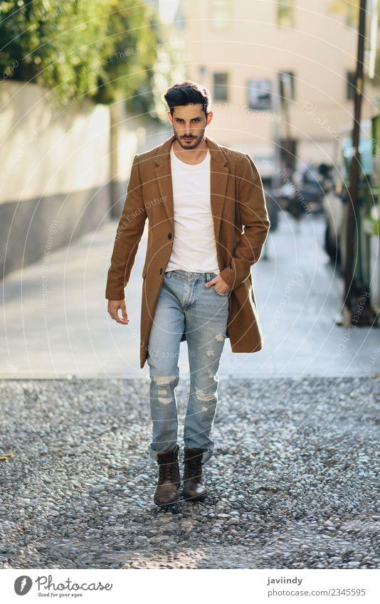 Junger Mann in Winterkleidung auf der Straße Lifestyle elegant Stil schön Haare & Frisuren Mensch Erwachsene Herbst Mode Bekleidung Jeanshose Mantel Vollbart
