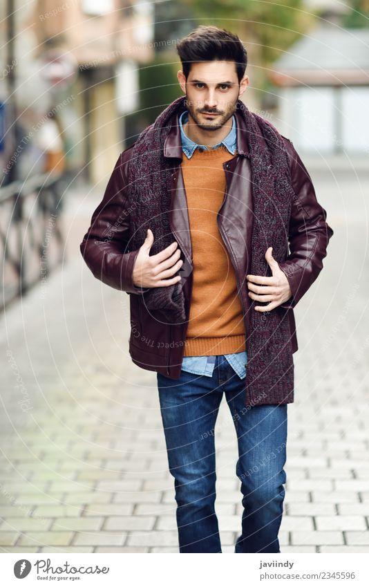 Attraktiver junger Mann, der auf einer städtischen Straße unterwegs ist. Lifestyle Stil schön Haare & Frisuren Mensch maskulin Junger Mann Jugendliche