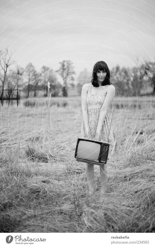 ich packe meine kulturkofferglotze. Mensch Jugendliche schön Erwachsene Wiese feminin Gras elegant ästhetisch Bekleidung 18-30 Jahre einzigartig retro Junge Frau Kleid Fernseher