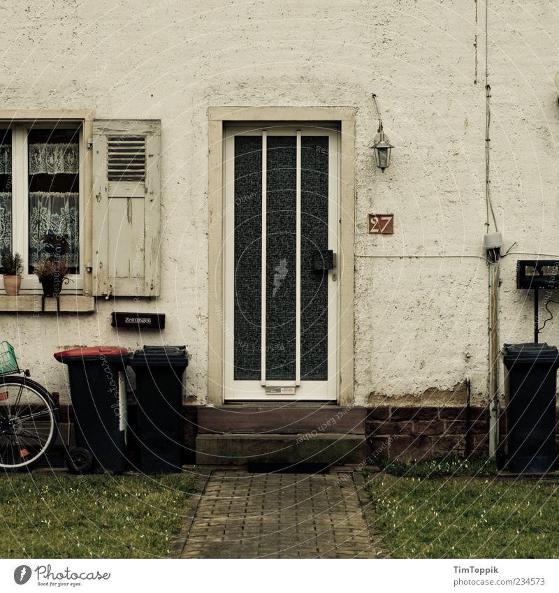 27 Haus trist Eingangstür Müllbehälter Fensterladen Kabel Hausnummer Briefkasten Armut Gardine verfallen Lampe Türrahmen Gedeckte Farben Verglasung Treppe