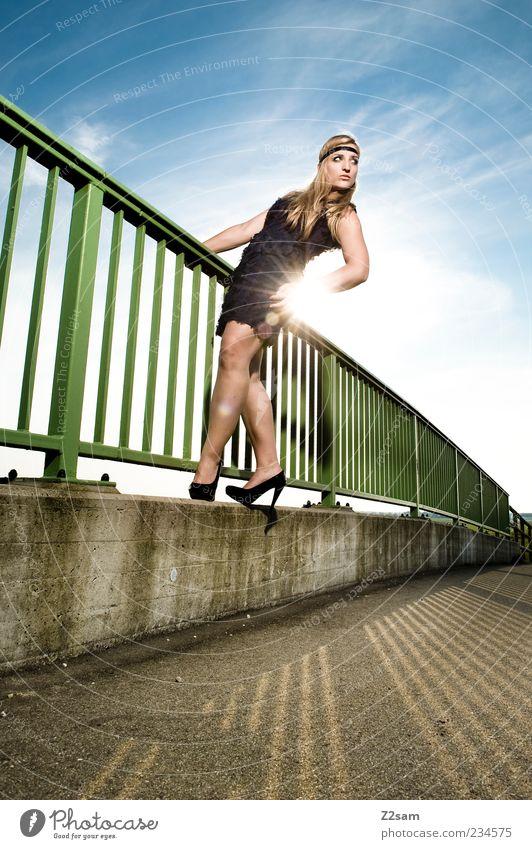 summer Mensch Himmel Jugendliche schön Erwachsene feminin Stil Mode Kraft blond elegant ästhetisch Brücke stehen Lifestyle Coolness
