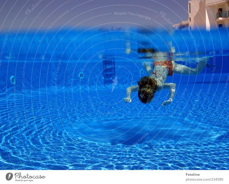 Taucherfreulein Mensch Kind Mädchen Kindheit Kopf Haare & Frisuren Arme Hand hell nass blau Sommer Schwimmbad tauchen Unterwasseraufnahme Haus Hotel Farbfoto